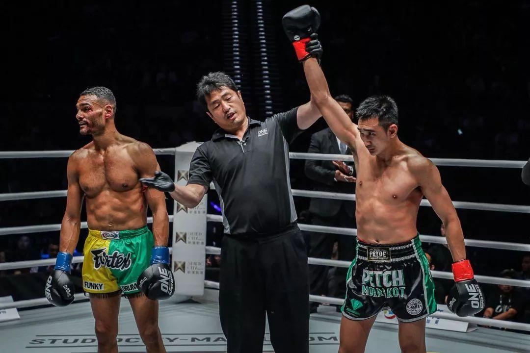2019年10月4日Hilux Revo锦标赛 彼得莫拉克:获wbc泰拳的钻石腰带[视频]