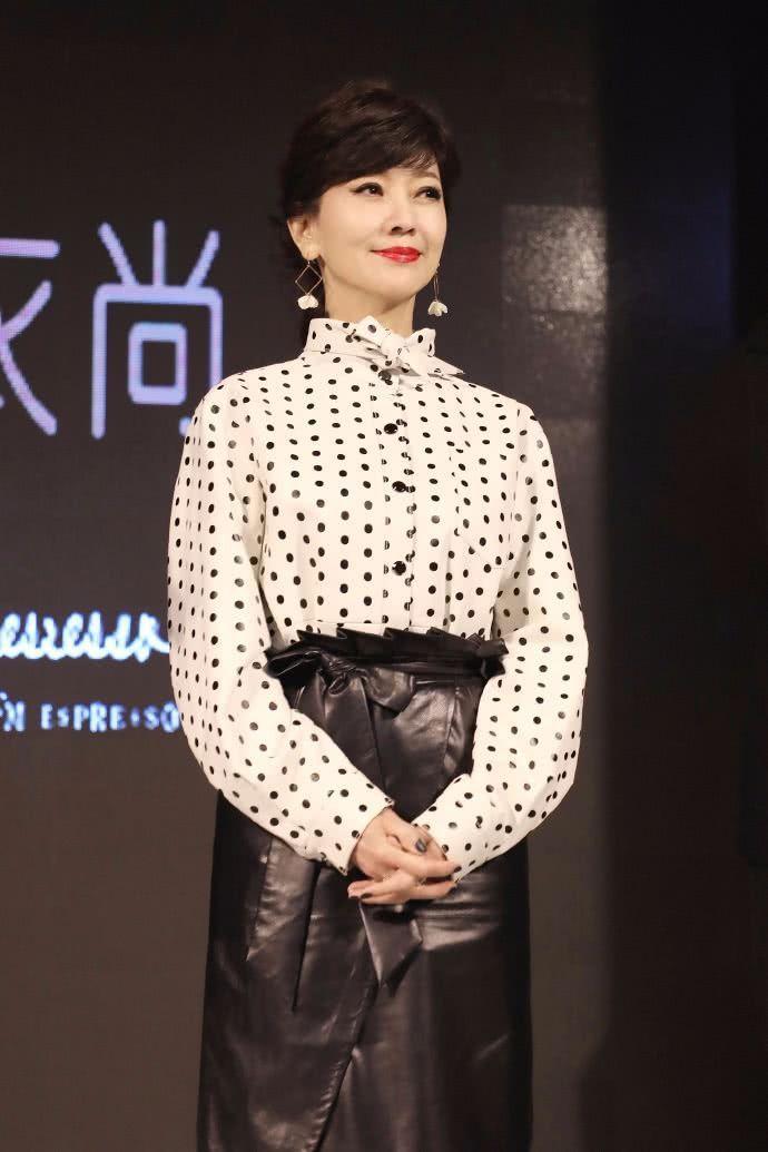 赵雅芝一点都不服老,硬穿皮裙凹造型,让23岁小姑娘怎么穿?