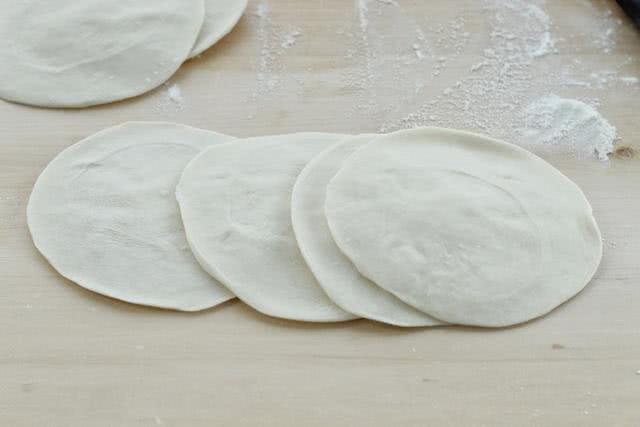 这饼无需发面,外焦里嫩,香甜可口,每次做一大锅都不够吃!