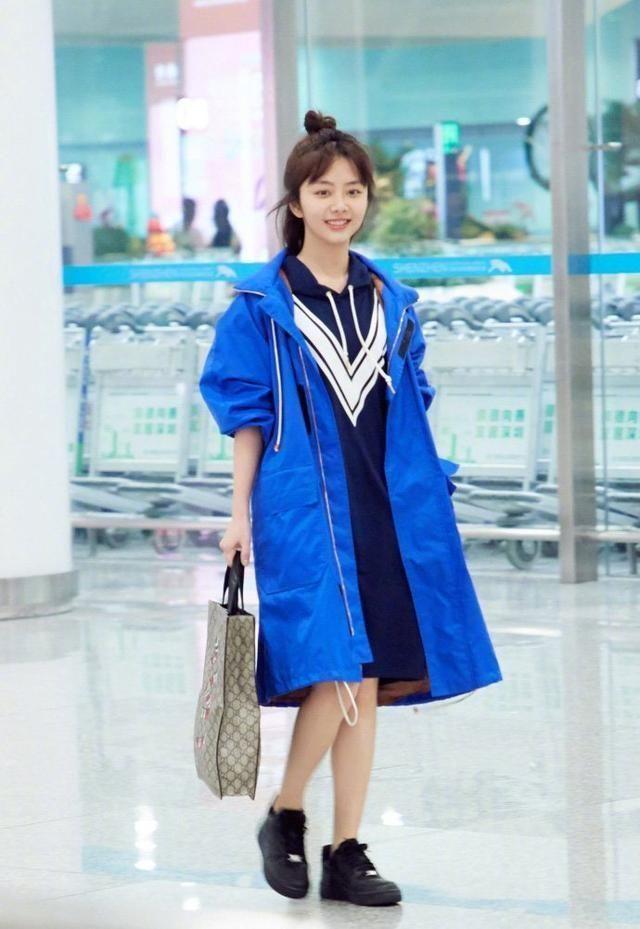 谭松韵机场只是换了一双鞋,网友:我怎么觉得换了一套衣服?