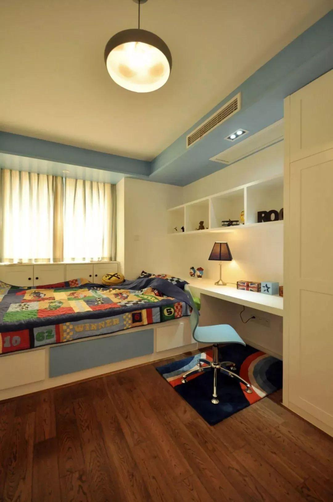 榻榻米床 衣柜组合设计,书桌这采用成品的设计,整体更加的舒适.图片