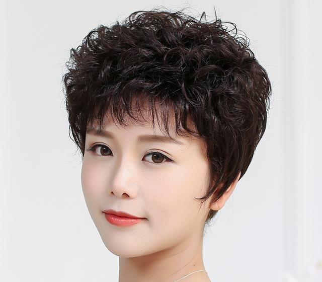 短发对于中老年人来讲十分合适,不会让我们的头部觉得炽热,或者有累赘图片