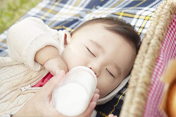三个月婴儿奶粉量_宝宝奶粉喂养时间表 科学时间喂养才是真的爱宝宝_小时候