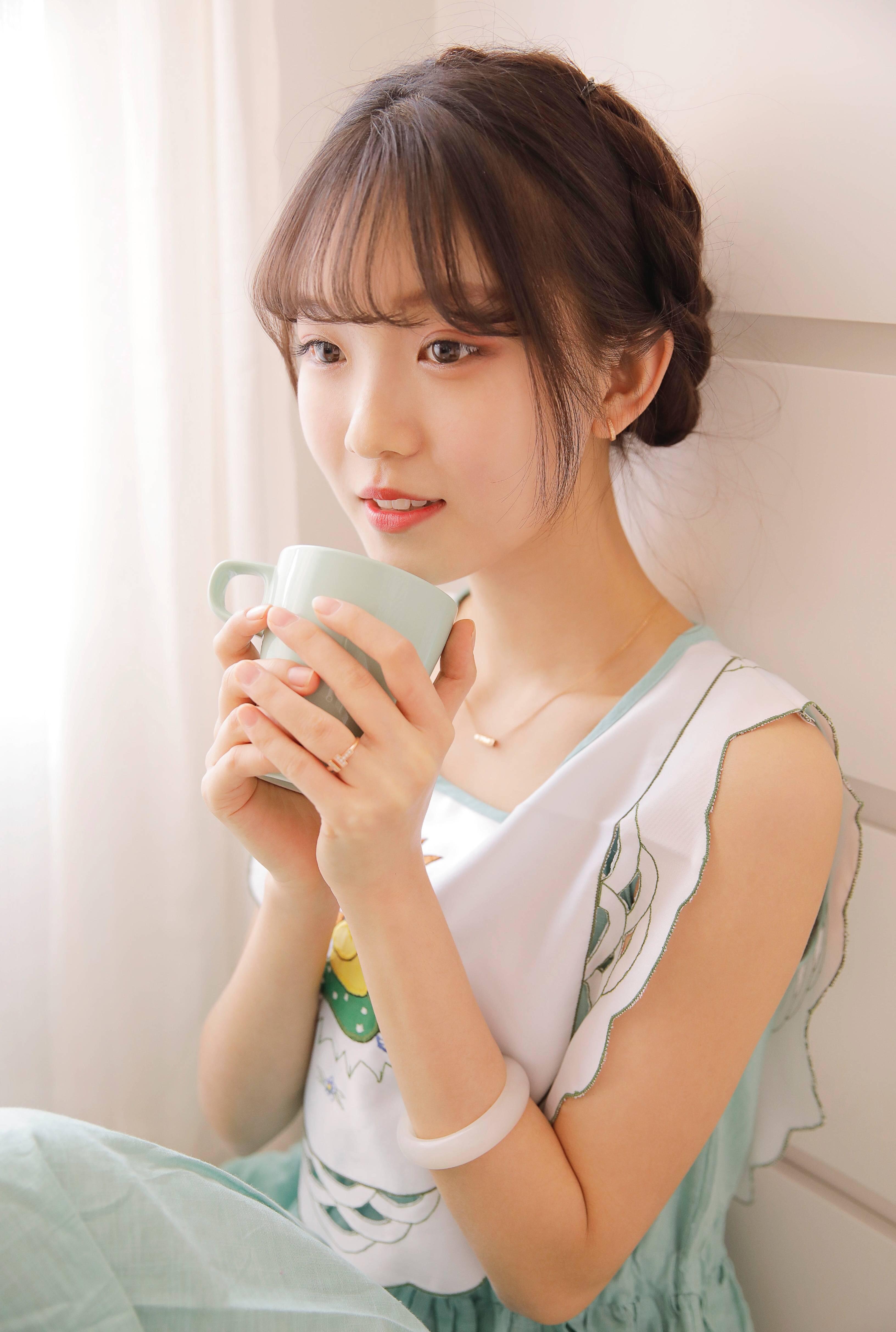 色姐姐24_薄荷色的小姐姐,就连手捧奶茶都如此可爱