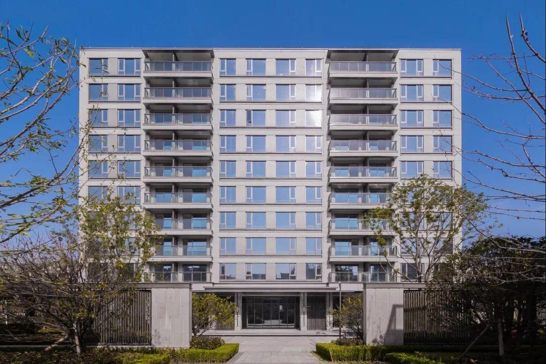 新亚洲学校_入眼处,叠排新亚洲风格暖色外立面,高层当代东方风格的极简运用,玻璃