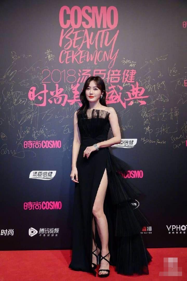 秦岚黑色礼服很优雅,可惜肿泡眼太明显,确实是老了!