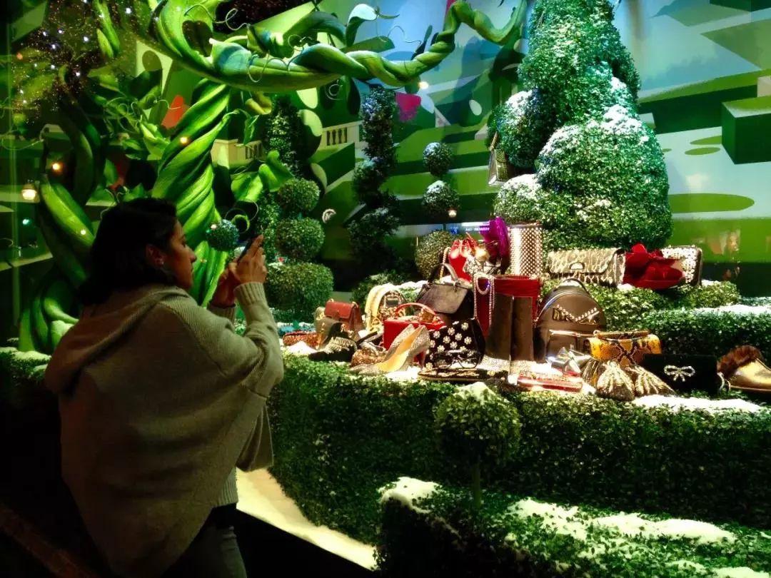 """时尚 正文  今年,法国春天百货圣诞橱窗里的动物们成了各大品牌的"""""""