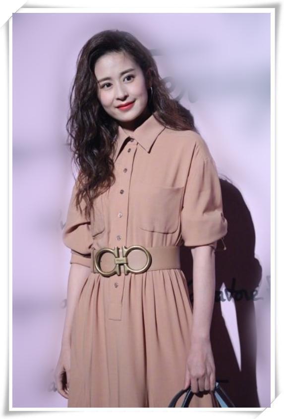 颖儿和杨子珊同穿3万衬衫裙,终于知道妩媚和知性的差距有多大了