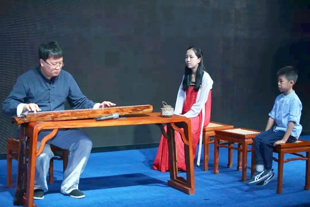 青年古琴演奏家王耕及学生图片