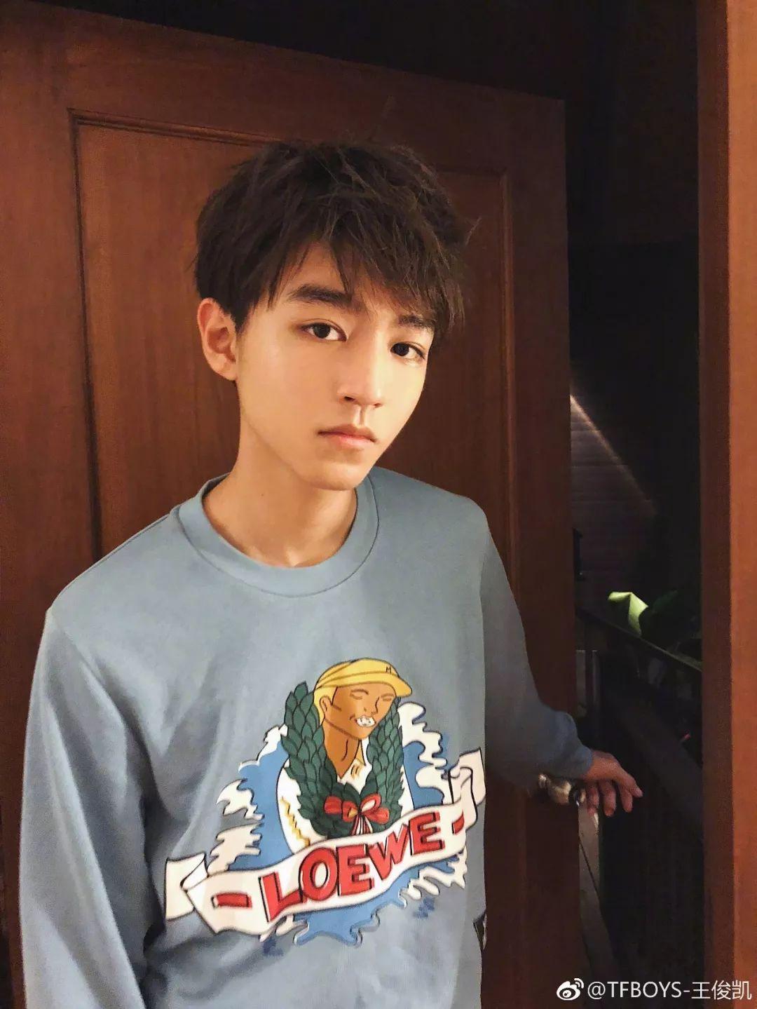 """猫纹少年王俊凯_王俊凯晒乐高成品,粉丝却只关注他家的摆设,床对面的""""它 ..."""