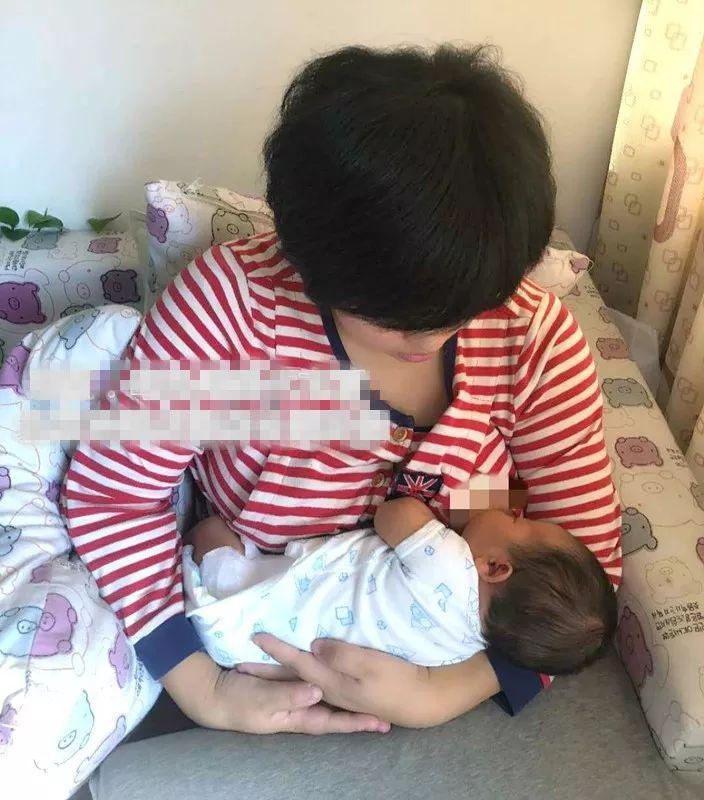 月嫂指导新生儿正确含住乳房吃到奶,妈妈不疼还促进乳汁分泌