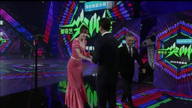唐嫣领奖不理朱丹超尴尬?我却看到一场女明星高情商示范