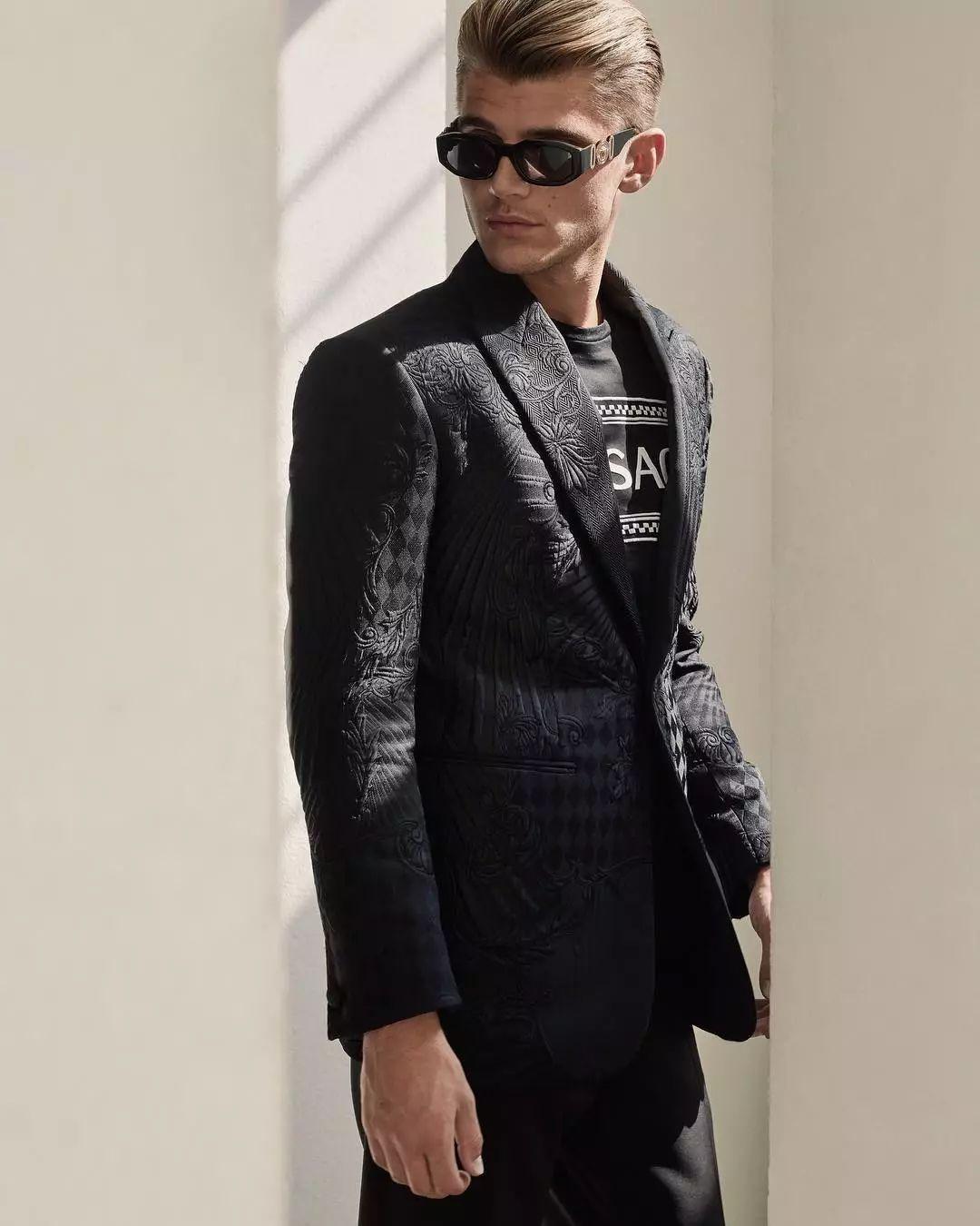947ec7a4e4ec469ca53350551b87f418 - 被嘲笑路人长相的搞笑网红Twan Kuyper,成为Versace代言人