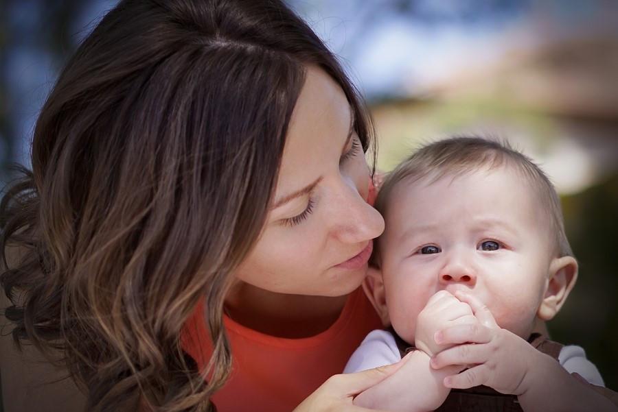 宝宝呛奶千万别竖抱,正确的做法是这3种!