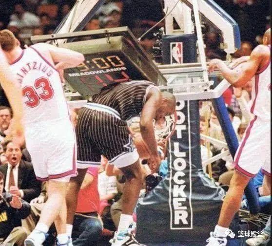 新秀赛季奥尼尔扣碎3块篮板拉倒1次篮架那比赛是如何继续的?