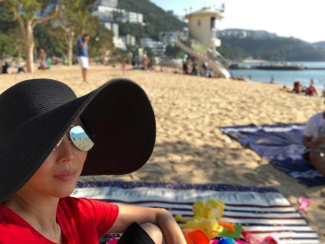 蔡少芬帶湯圓包子沙灘遊玩,不忘隔空示愛張晉,感情超好!
