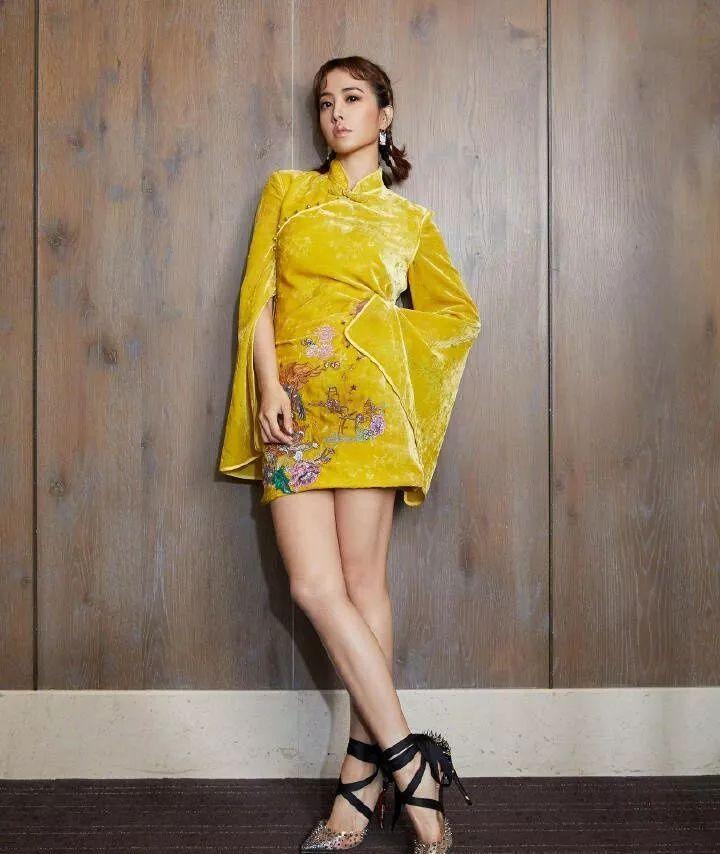 蔡依林穿中国风旗袍很古典美,可惜脸上粉抹的不够,太黑了!