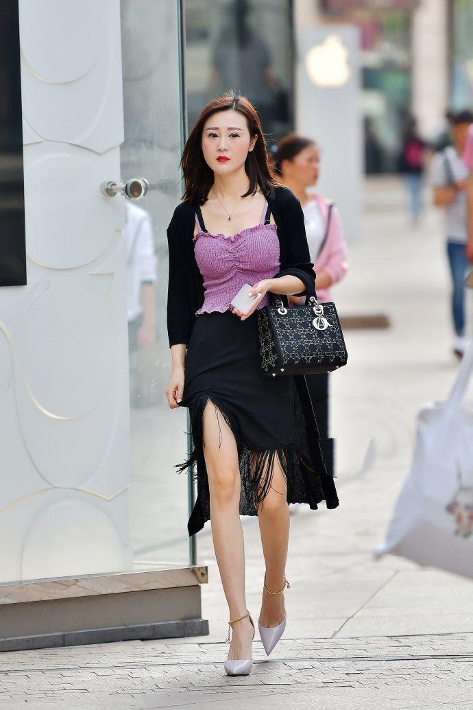 街拍:美女穿黑色流苏裙出街,自信优雅!