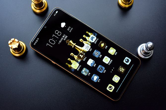 外观设计方面,海信手机金刚4拥有非常大气的设计,黑色的机身加上金色的边框,让整个手机颜值大大提升。海信手机金刚4采用时下流行的全面屏设计,使用上了6.22英寸的水滴屏,手机的屏占比高达88.82%,带来更出色的视觉效果。  海信手机金刚4背面采用了波西米亚视觉纹理设计,运用重复的设计手法塑造浪漫、神秘、韵律的设计风格,带来更高的颜值。  海信手机金刚4摄像头在背面左上角,摄像头和LED补光灯模块轻微突起,采用1300万像素的主摄像头和单色温LED补光灯,也是目前主流的摄像头配置。  海信手机金刚4全面屏水
