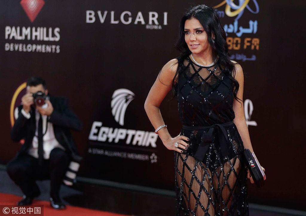 """埃及女演员穿镂空长裙被指""""有伤风化"""" 或面临5年刑期"""