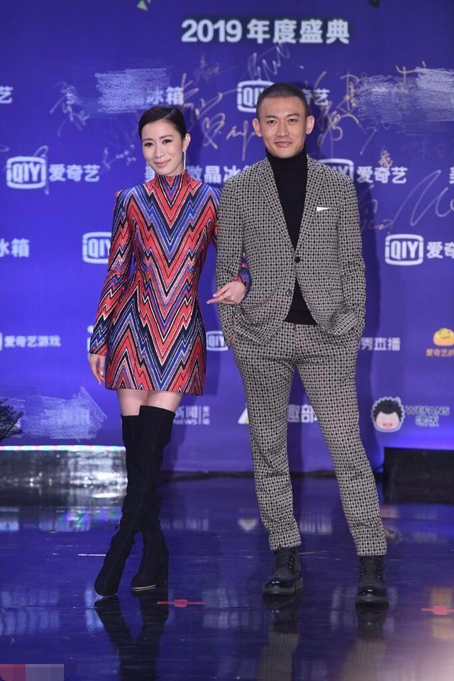佘诗曼穿波浪纹紧身衣,被网友吐槽是十年前的QQ秀搭配!