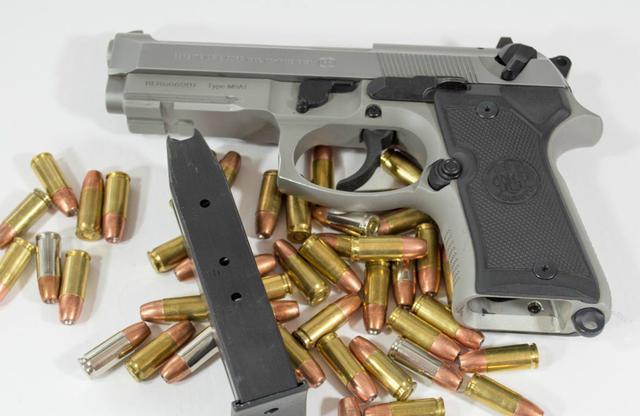 贝瑞塔92系列手枪是贝瑞塔公司的代表作品,这把手枪很漂亮 伯莱塔92是这一系列手枪的基本型,也只有5000吧 主要给水下战斗部队使用 贝瑞塔公司将92SB型作升级而成为产生92F型和92G型。零件是通用的 92F型因其手动保险和击锤的设计,在上膛和卸除子弹时相对的安全。 在设计上,保险开关在套筒的两端都有,这个设计也让人很安心 92F型也承袭了92SB型的耐用性:这家公司的产品一直很好 贝瑞塔92系列手枪是贝瑞塔公司的代表作品