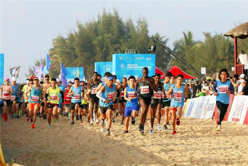 全球超长沙滩半马引万名跑者 陵水体育产业再上