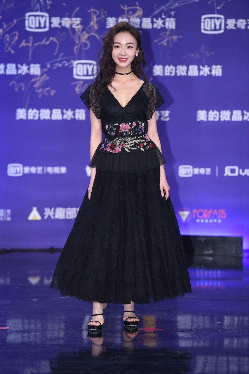 女星扎堆登台,吴谨言赛过秦岚,李宇春不是一个季节!
