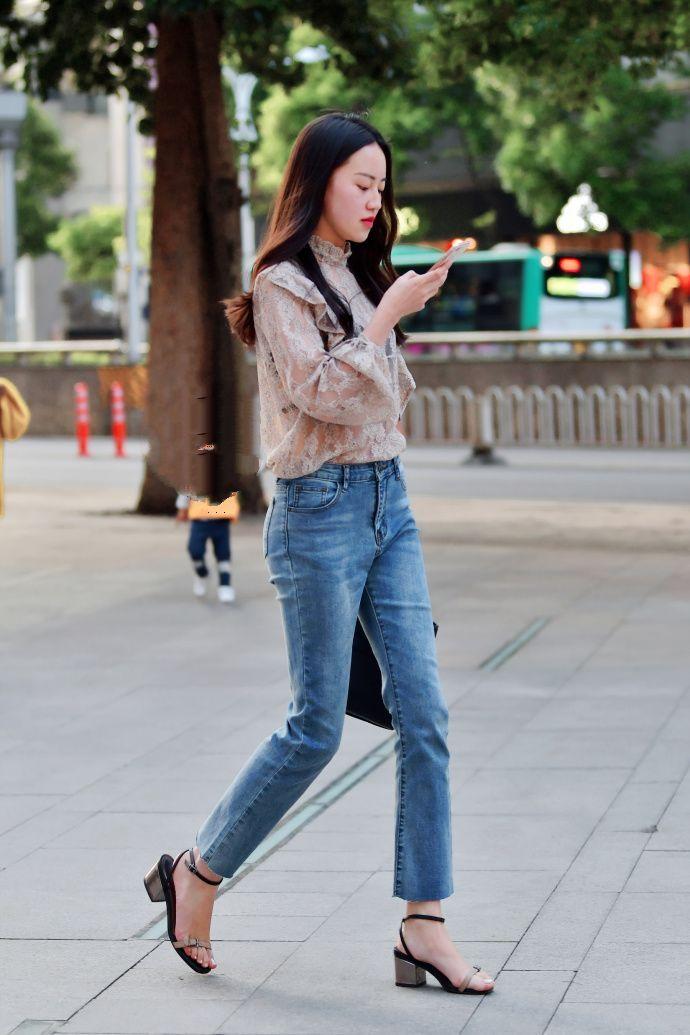 街拍牛仔裤美女展现随意自在的时髦穿搭!