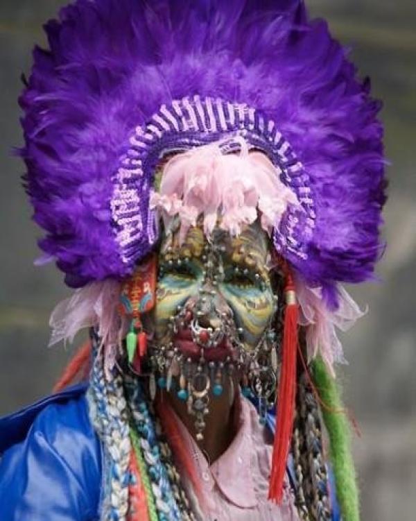 世界最丑的新娘,全脸七千个洞挂满首饰,老公竟是亿万富翁