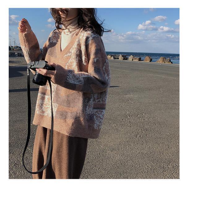 复古花纹大V领长袖套头毛衣,透着浓浓的慵懒气息,满满的少女感~