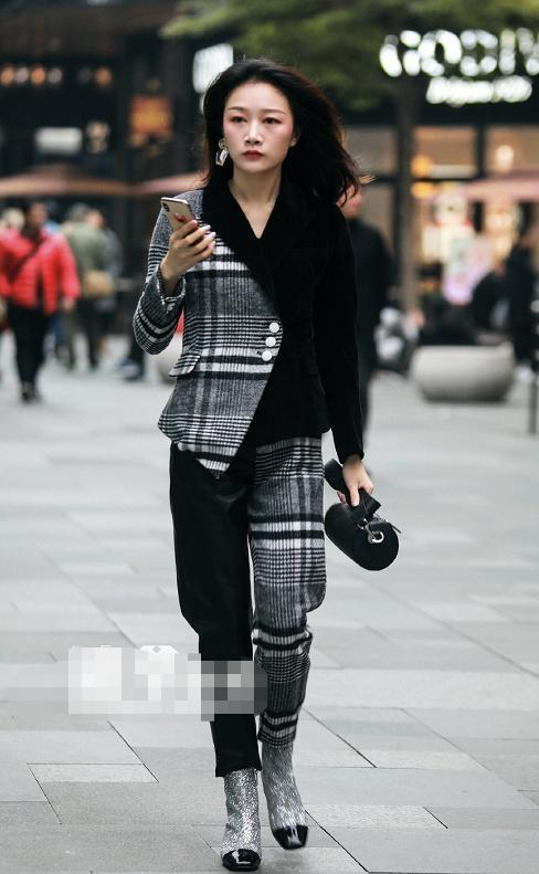 魅力女性网 街拍:美女身上这套服装,让人一看就觉得她是时尚达人