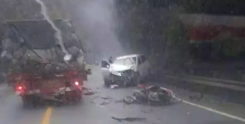 岳阳发生惨烈车祸,一年轻男子被撞当场身亡!图片