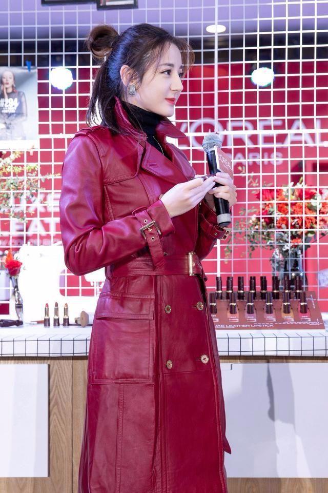 26岁迪丽热巴穿皮衣充成熟,不料发型暴露了自己!