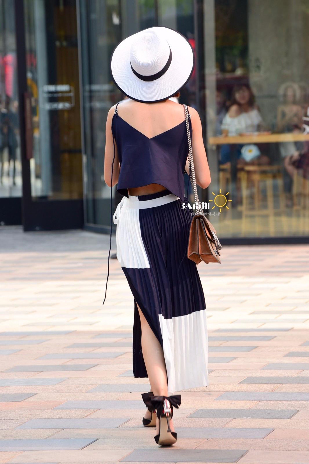 街拍:露背連衣裙配個性高跟性感時髦,甜美針織配高腰裙清純大方