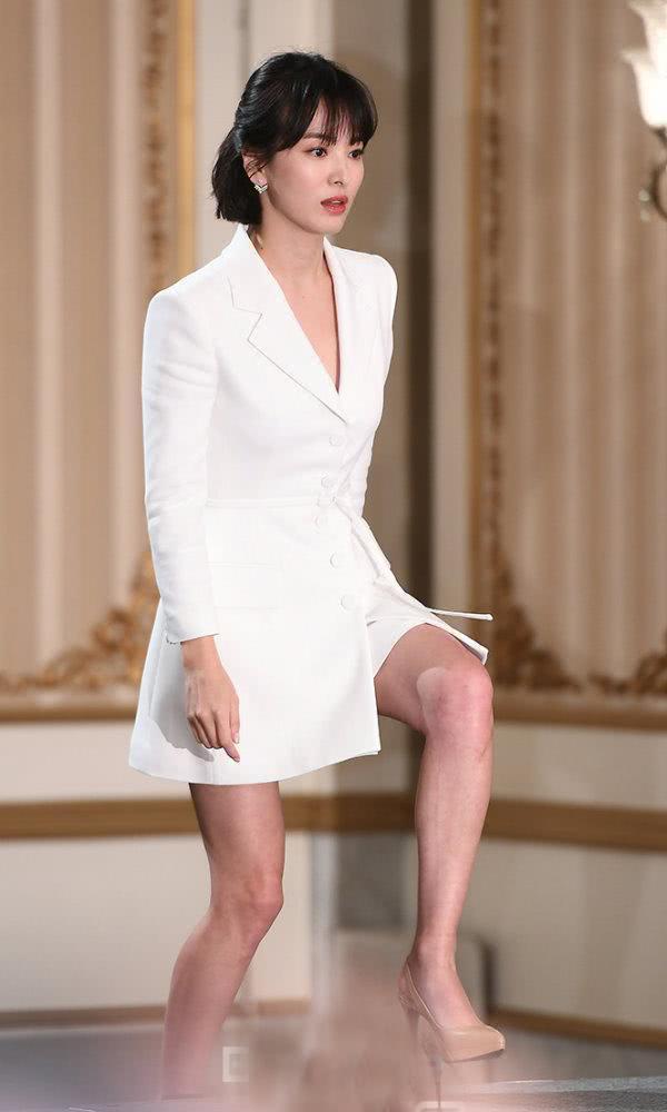 宋慧喬紮起齊肩短髮,穿超短西裝裙性感撩人,瞬間美成尤物!