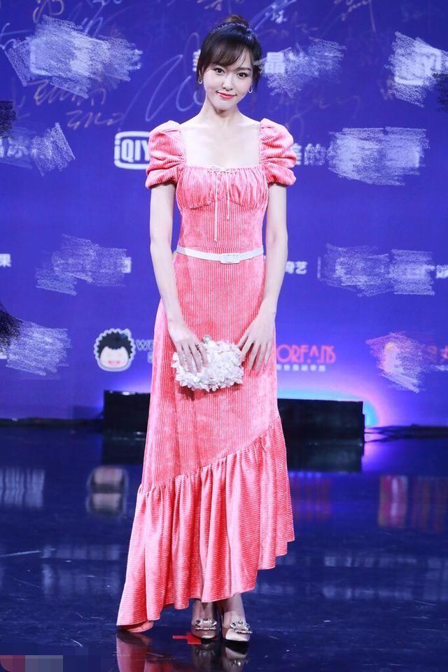 唐嫣新婚就穿的保守了,抹胸长裙裹得严严实实一点都不露!