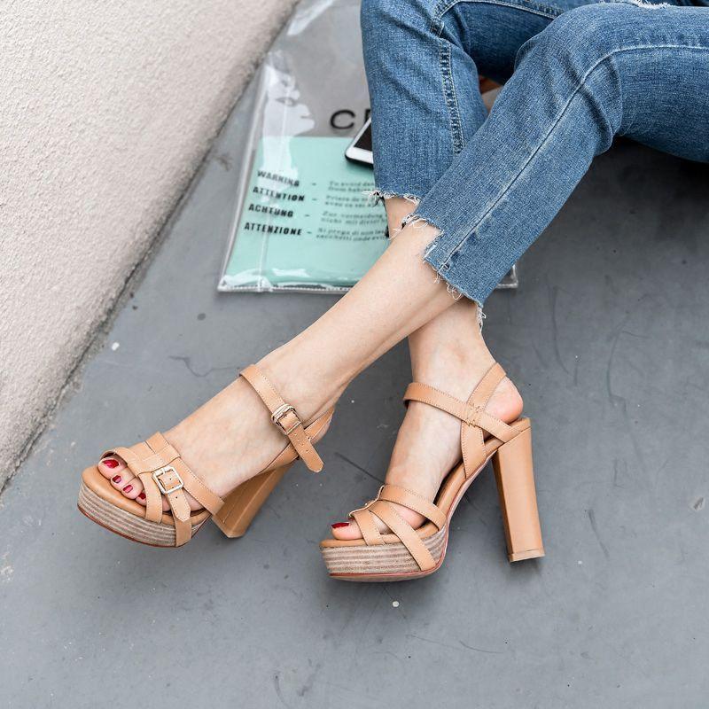 纖細的一字帶涼鞋,露出性感的腳踝,穿出簡約的美感