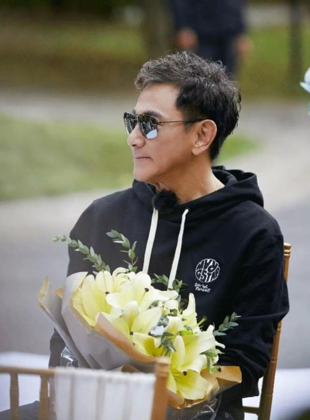 72岁吴尊爸爸逆生长,比39岁儿子还帅:原来不老的人生