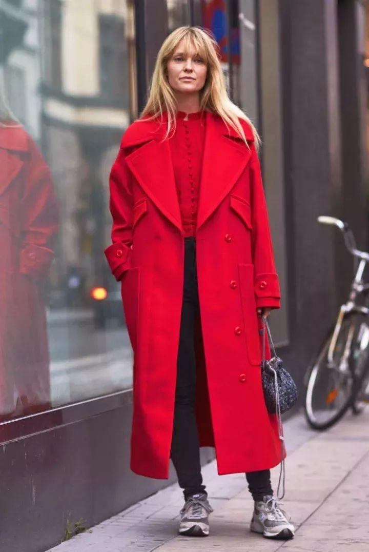 黑色skinny牛仔裤 爸爸运动鞋,外搭红大衣,演绎复古潮流风