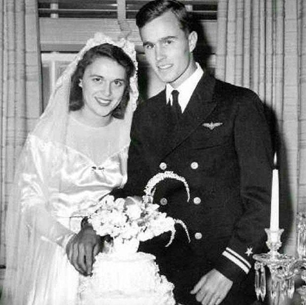 老布什与芭芭拉结婚照