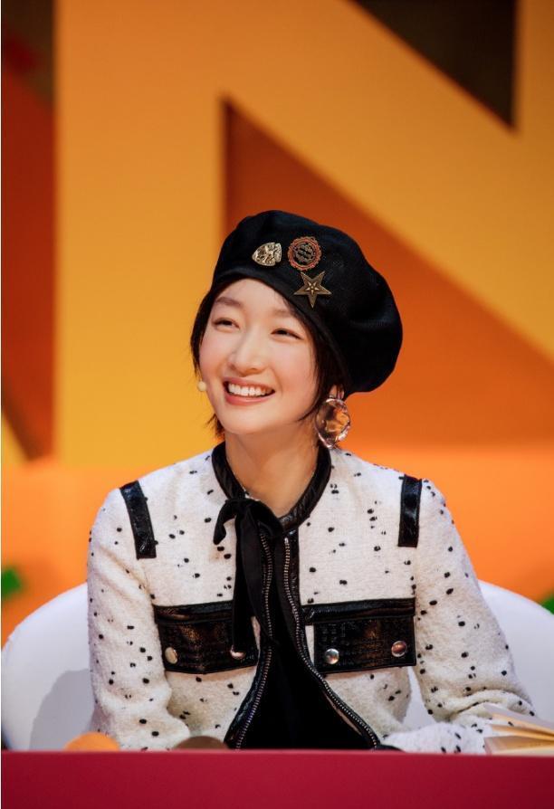 51女性美丽网|[转载]26岁周冬雨成熟了,综艺节目新打扮风格惹人爱,这样配帽子太好看