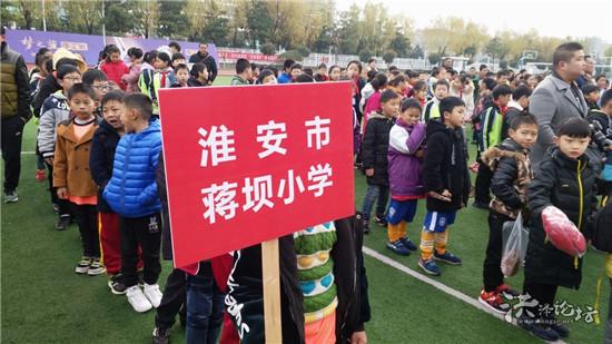 恭喜全校仅70名学生的蒋坝小学男子足球队再次荣获区亚军――小学校有大力量