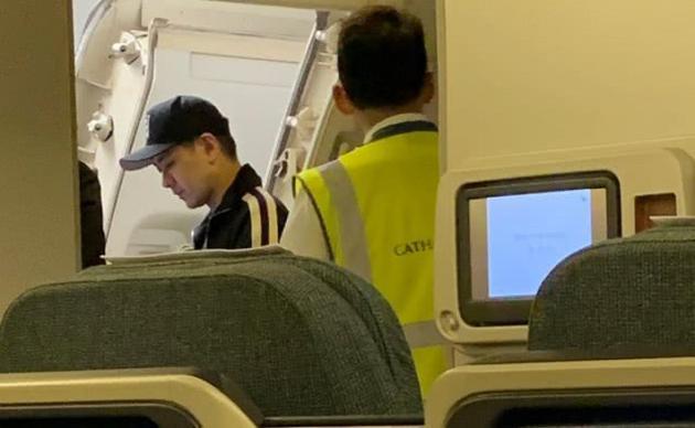 曝林志颖登机后要拿回托运行李 致航班延误半小时被骂自私