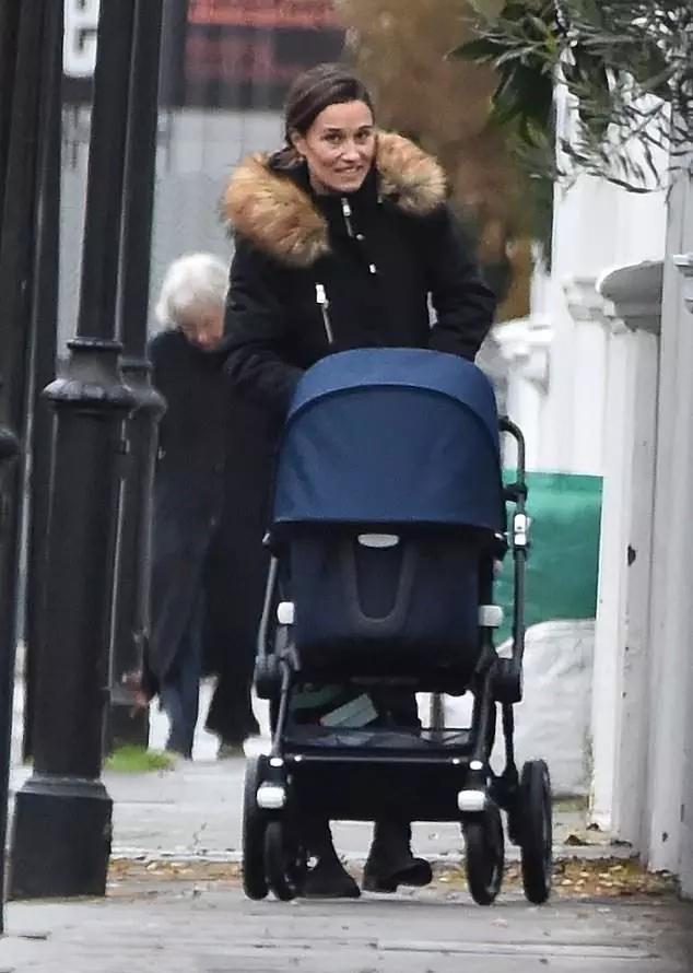 凱特妹妹終於不穿大衣,八百塊棉衣太接地氣,產後52天麻桿腿驚艷
