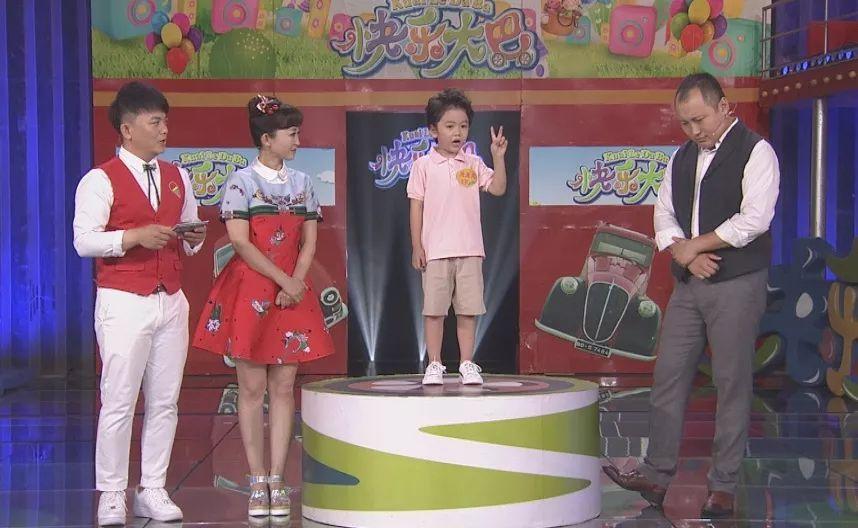 不敢相信~4歲小姑娘竟給《快樂大巴》主持人設計了最新款走秀時裝