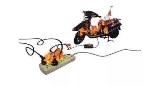 电动车安全小知识 电动车超长时间充电易引火灾 ●给电瓶车充电前,要