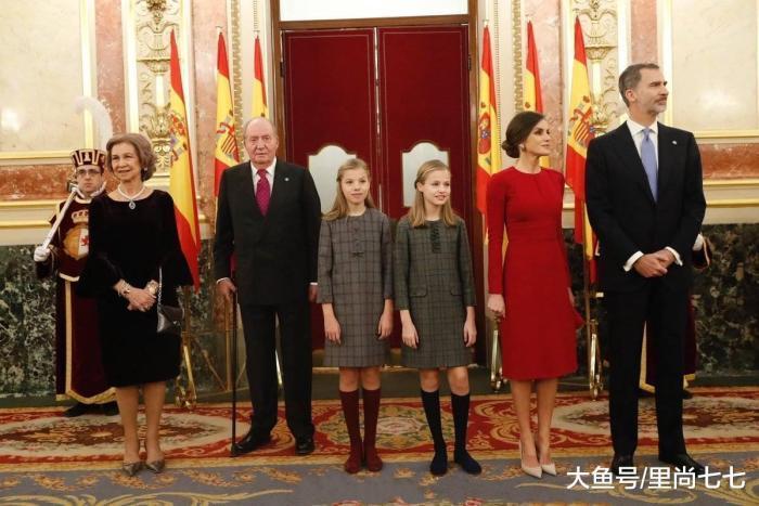 西班牙王后太爱中国风, 两女儿首穿中国风斗篷配格纹裙美得高调