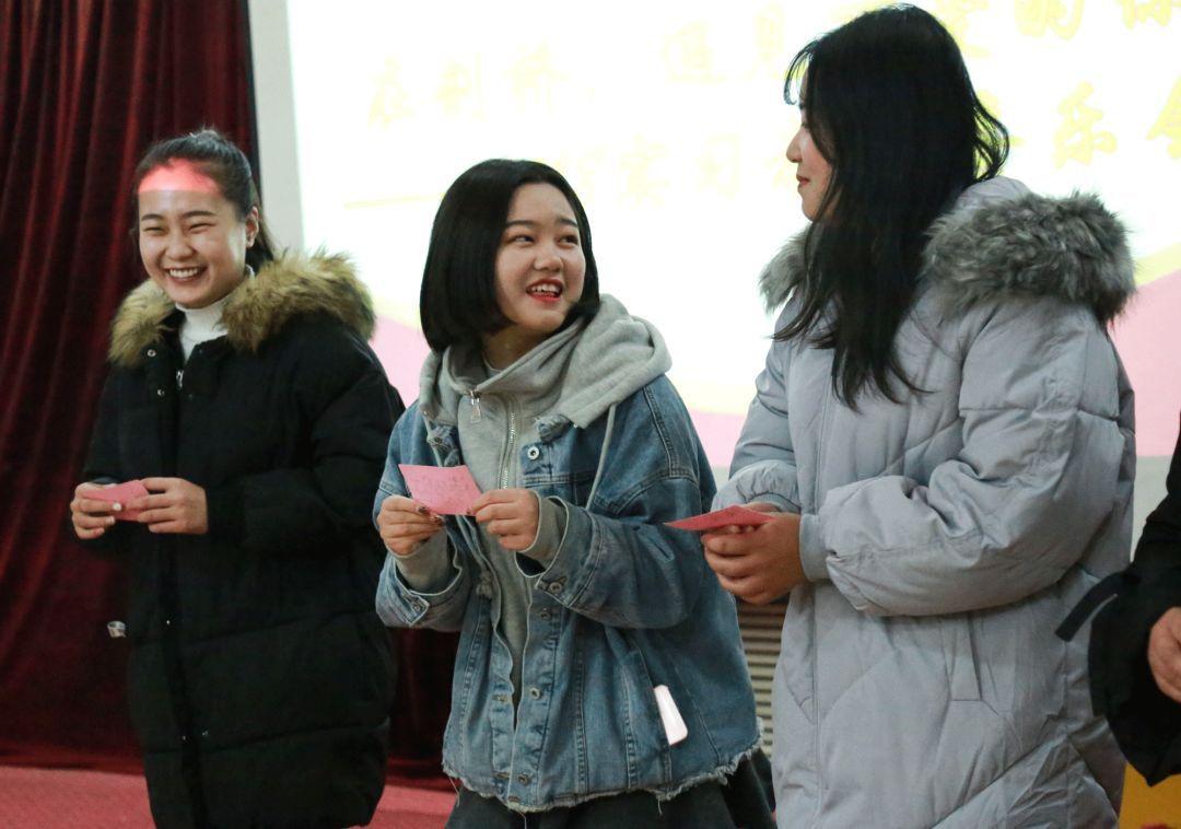 师范高等专科学校实习老师们手拿名字卡开心的玩着&quot萝卜蹲&quot游戏.