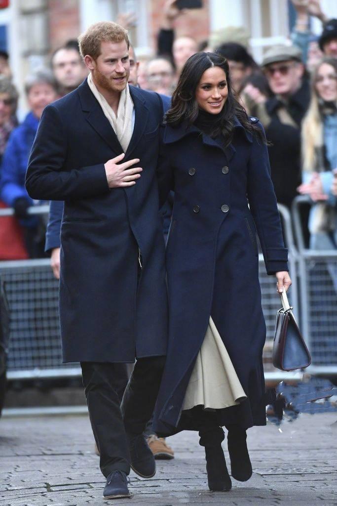 梅根王妃終於現身不秀孕肚顯低調,再穿駝色大衣配黑衣依舊很高級